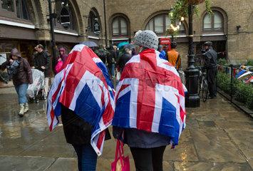 London  Grossbritannien  Passanten mit Union Jack als Regenschutz