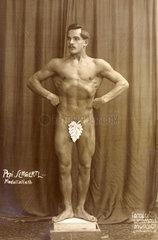 Bodybuilder  nackt  1910