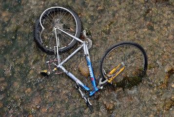 weggeworfenes Fahrrad in der Mangfall