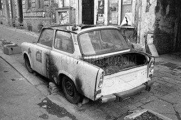 Berlin  Deutschland  zerstoerter Trabant steht auf dem Gehweg