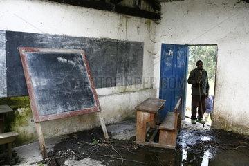 Katechist in zerstoerten Doerfern der Kriegsregion Goma