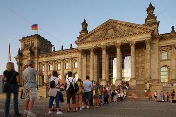 Berlin  Deutschland  Besucher warten vor dem Reichstag auf Einlass