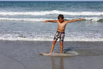 Cocoa Beach  USA  Junge uebt Surfen am Strand