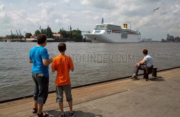 Hamburg  Deutschland  das Kreuzfahrtschiff Costa Romantica im Hamburger Hafen