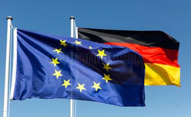 Berlin  Deutschland  Europaflagge und Bundesflagge wehen im Wind