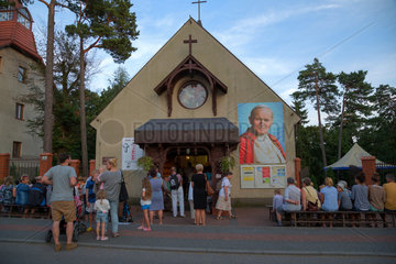 Polen  Pommern - Krynica Morska auf der Frischen Nehrung (Ostsee)- Urlauber lauschen einem Gottesdienst