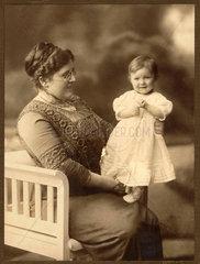 Mutter und Tochter  Baby  um 1908