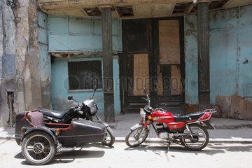 rote Suzuki im Havanna Vieja