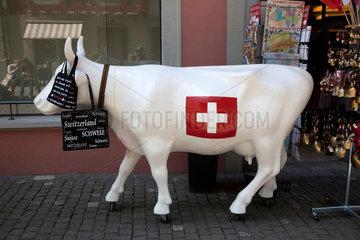 Stein am Rhein  Schweiz  eine Schweizer Kuh mit Schweizerflagge