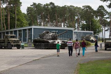 Rasdorf  Deutschland  Besucher und Panzer auf der Gedenkstaette Point Alpha