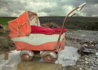weggeworfener Kinderwagen