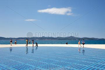 Zadar  Kroatien  Touristen am Lichtspiel-Monument am Hafen