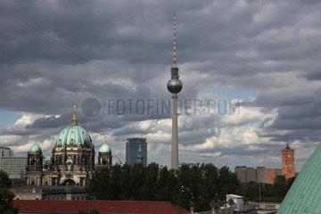 Berlin  Deutschland  Stadtansicht mit Fernsehturm in Berlin-Mitte