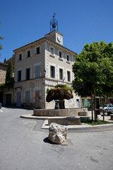 Vaugines  Frankreich  das Rathaus mit Brunnen im Ortszentrum
