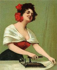 Hausfrau beim Buegeln  um 1902
