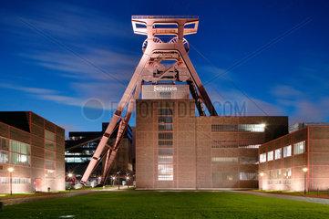 Essen  Deutschland  Foerderturm der Zeche Zollverein am Abend
