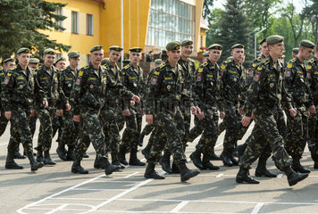 Lemberg  Ukraine  Rekruten der ukrainischen Armee in lockerem Marsch auf Kasernengelaende
