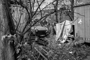 Berlin  Deutschland  zerstoerter Trabant steht auf einem verwahrlosten Grundstueck
