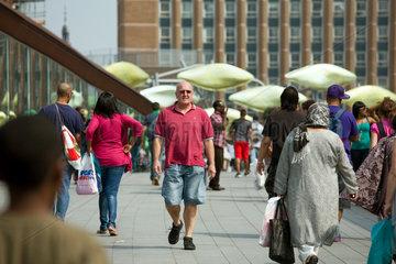 London  Grossbritannien  Fussgaengerbruecke zwischen dem neuem Zentrum und dem aelteren Teil von Stratford
