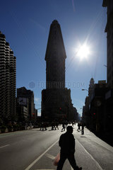 New York City  USA  das Flatiron Building in Manhattan im Gegenlicht