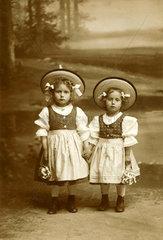 Geschwister  bayerische Tracht  um 1905