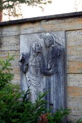 Berlin  Relief einer Frau und eines Mannes an einer Grabstaette