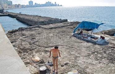 Havanna  Kuba  Touristen am Malecon