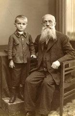 Grossvater und Enkel  um 1923