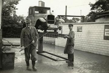 Opel Laubfrosch auf Hebebuehne  um 1928