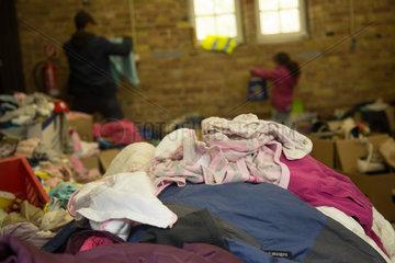 Berlin  Deutschland  Fluechtlinge suchen nach Kleidung