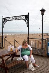 Skegness  Grossbritannien  Touristin am Skegness Pier