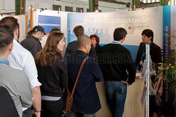 Berlin  Deutschland  Besucher auf der Connecticum 2011 am Stand des Bundesnachrichtendienstes