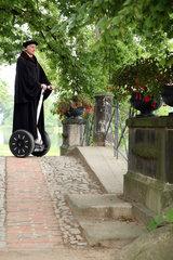 Woerlitz  Deutschland  Luther-Darsteller Bernhard Naumann im Woerlitzer Park