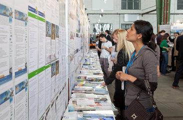 Berlin  Deutschland  Besucher auf der Connecticum 2011 an der Jobwall