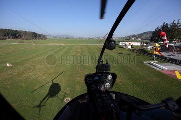Beromuenster  Schweiz  Blick aus dem Cockpit eines Hubschraubers waehrend eines Fluges