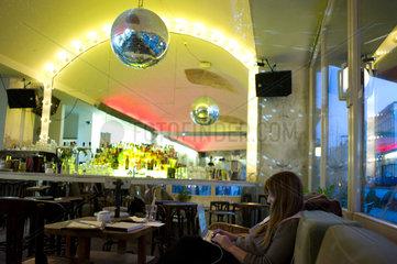 Berlin  Deutschland  eine Frau mit Laptop in einer Bar