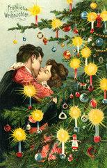 Paar kuesst sich unterm Weihnachtsbaum  1905