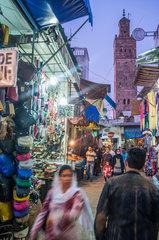 Rabat  Marokko  Menschen auf einem Markt in der Altstadt
