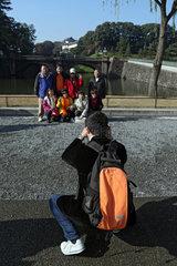 Tokio  Japan  Mann fotografiert Touristen vor der Nijubashi-Bruecke