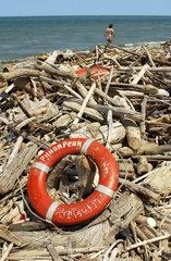 Rettungsring  Strandgut am Meer