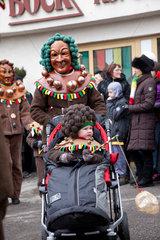 Riedlingen  Deutschland  Fastnachtsumzug  eine Boppelemaske mit Kinderwagen