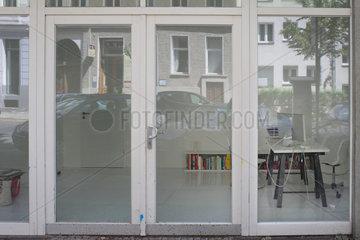 Berlin  Deutschland  Buero hinter einer Glasfassade im Erdgeschoss in der Christinenstrasse