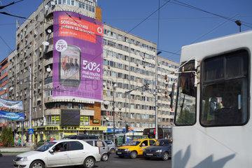 Bukarest  Rumaenien  Strassenbahn und Autos auf einer Kreuzung am Piata Obor