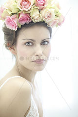 Frau mit Rosen im Haar
