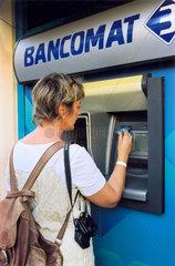 Touristin am Geldautomat  in Italien