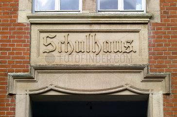 Inschrift an einer alten Schule