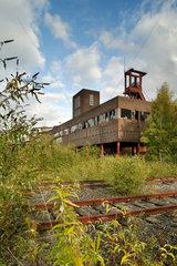 Essen  Deutschland  unsanierte Industriegebaeude und Eisenbahnschienen der Zeche Zollverein