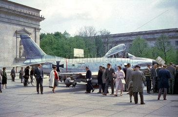 Bundeswehr  Waffenschau in Muenchen  um 1961