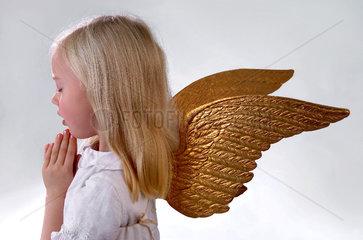 Maedchen verkleidet als Engelchen