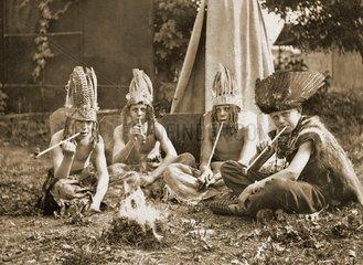 Kinder spielen Indianer  um 1924
